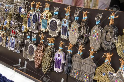 35493927-Turismo-puesto-en-el-mercado-tienda-con-recuerdos-israely-Hamsa-Palma-con-blessing-Israel-jud-o-Foto-de-archivo