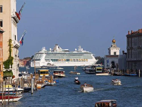 Venezia - nave da crociera - photo by Baloncici - Shutterstock.com