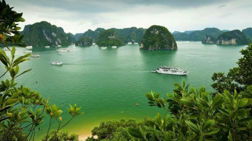 1280x720 halong-bay-vietnam-island-ship-boat-background
