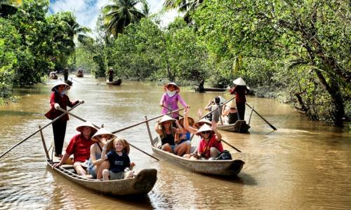 Inostrannye-turisty-katayutsya-na-lodka-v-provintsii-Tien-Giang-v-delte-reki-Mekong.-Foto-jpg