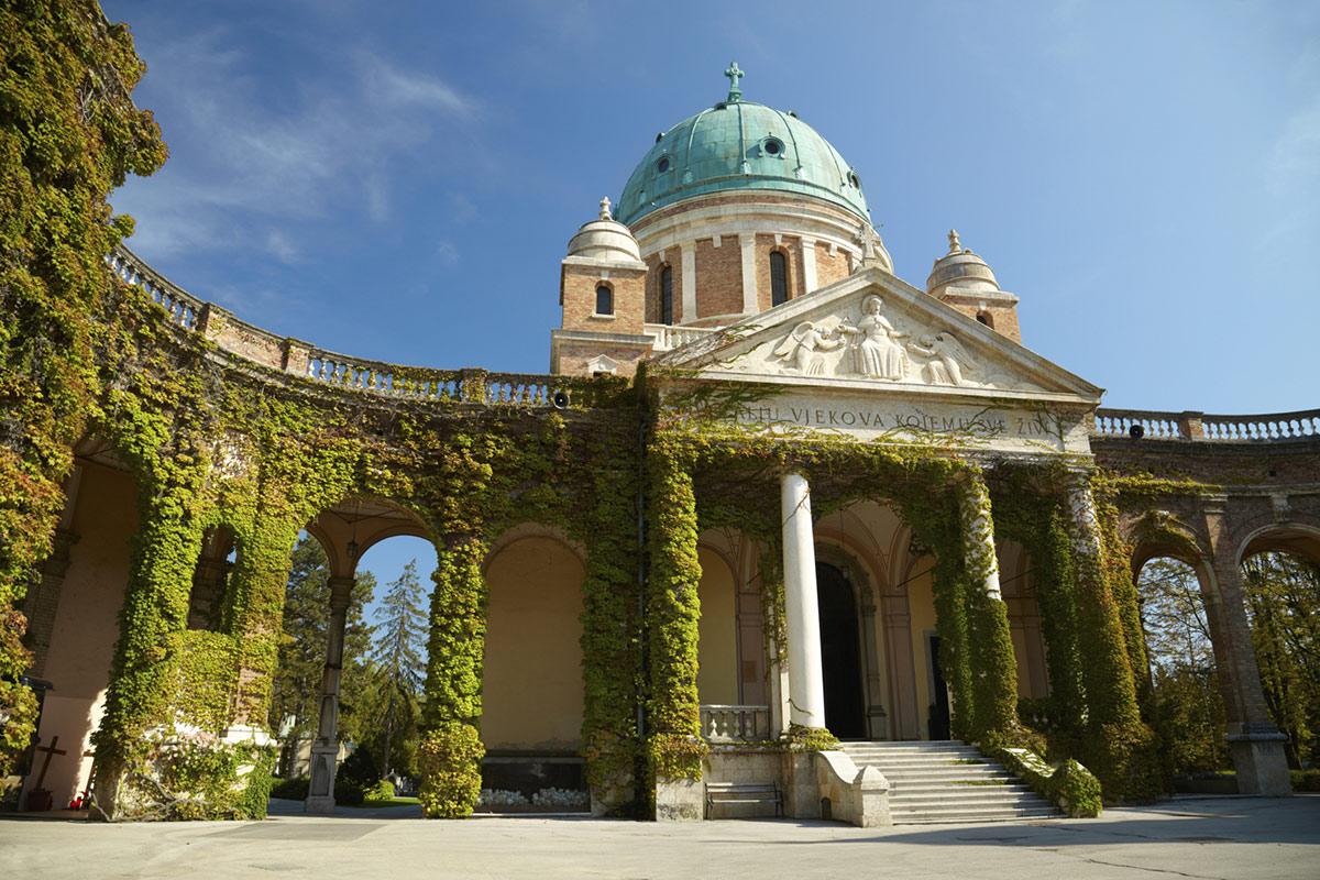 Своеобразие старинных строений Загреба часто дополнено искусным озеленением